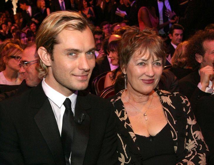 20+ Celebridades que derreteram o coração dos fãs ao aparecer em público com suas mães
