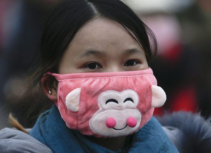 Китаянка в медицинской маске