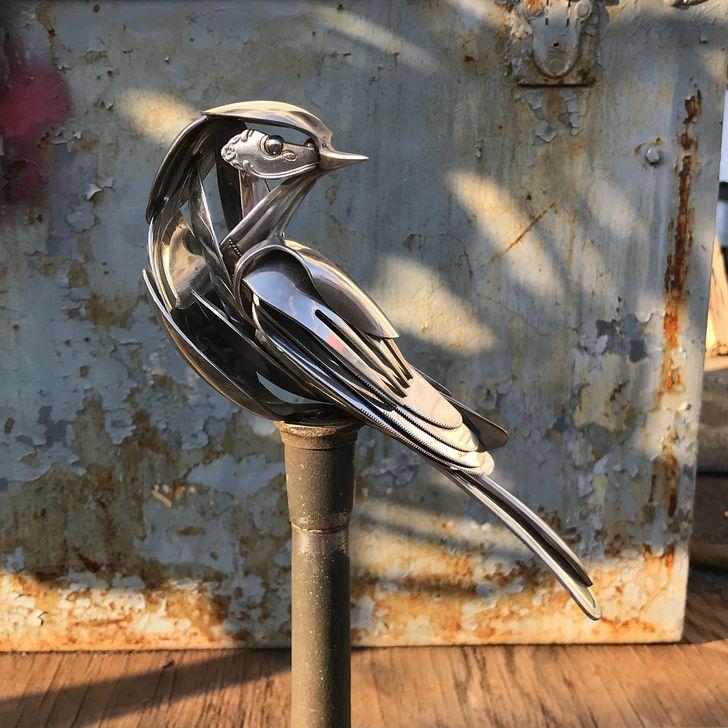 Artista cria esculturas com talheres reciclados, transformando objetos simples em verdadeiras obras de arte