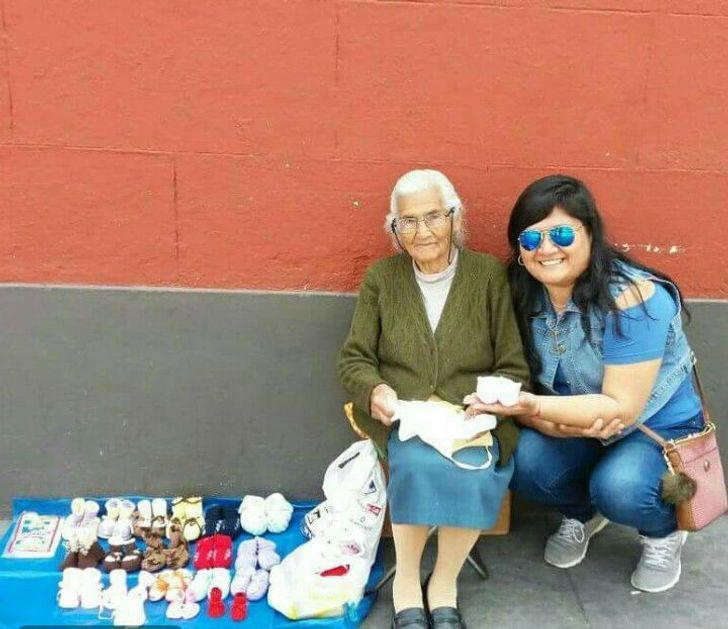Uma senhora de 93 anos vende sapatos de tricô na rua para sobreviver, e seu esforço é admirável