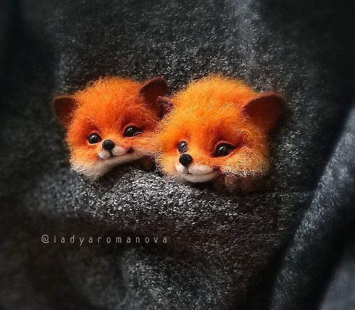 Uma artista transforma lã em pequenos animais sorridentes que podem caber no bolso do seu casaco