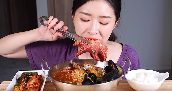 O que são os vídeos ASMR e como assistir a pessoas comendo pode ajudá-lo a