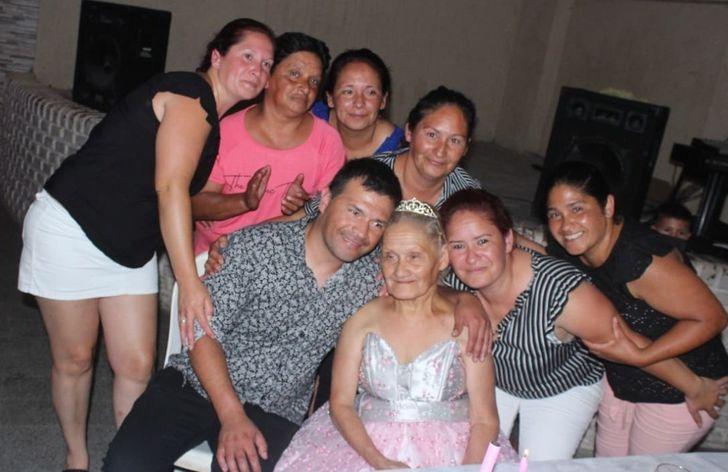 Ela teve uma festa de 15 anos aos 79, e uma de suas filhas nos contou sua história inspiradora