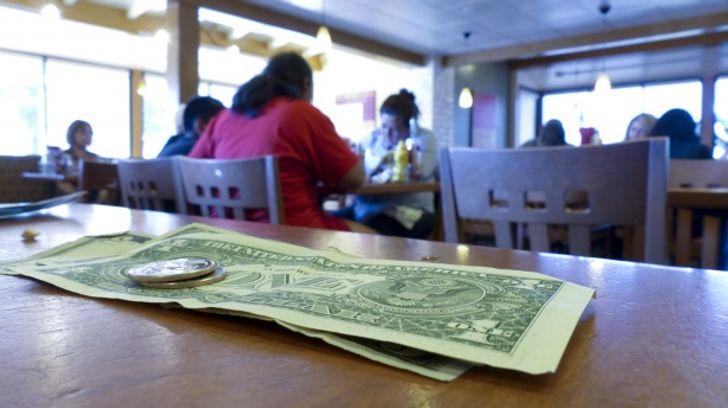 Especialistas dão 10 dicas para você escapar dos truques usados pelos restaurantes