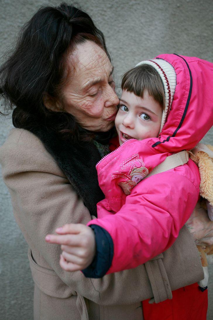 Aos 66 anos, mulher dá à luz a primeira filha e luta contra rejeição social pela maternidade tardia